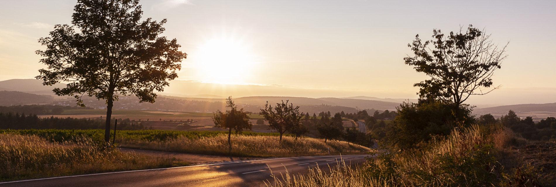 Spätsommerlicher Sonnenuntergang über der Streutalallianz von der A71 Richtung Mellrichstadt (Foto: Leska Hörner - Leskas Wunderwelt)