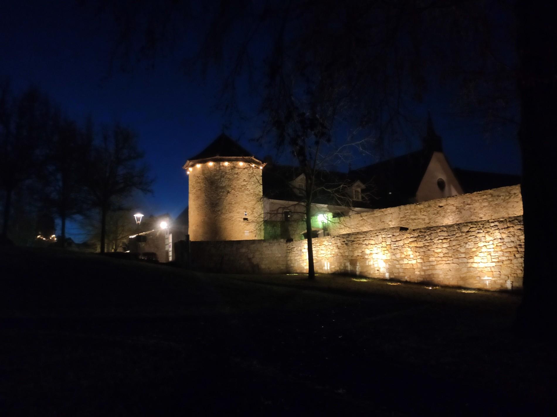 Weihnachtliche Stadtmauer Mellrichstadt (Foto: Kokula)