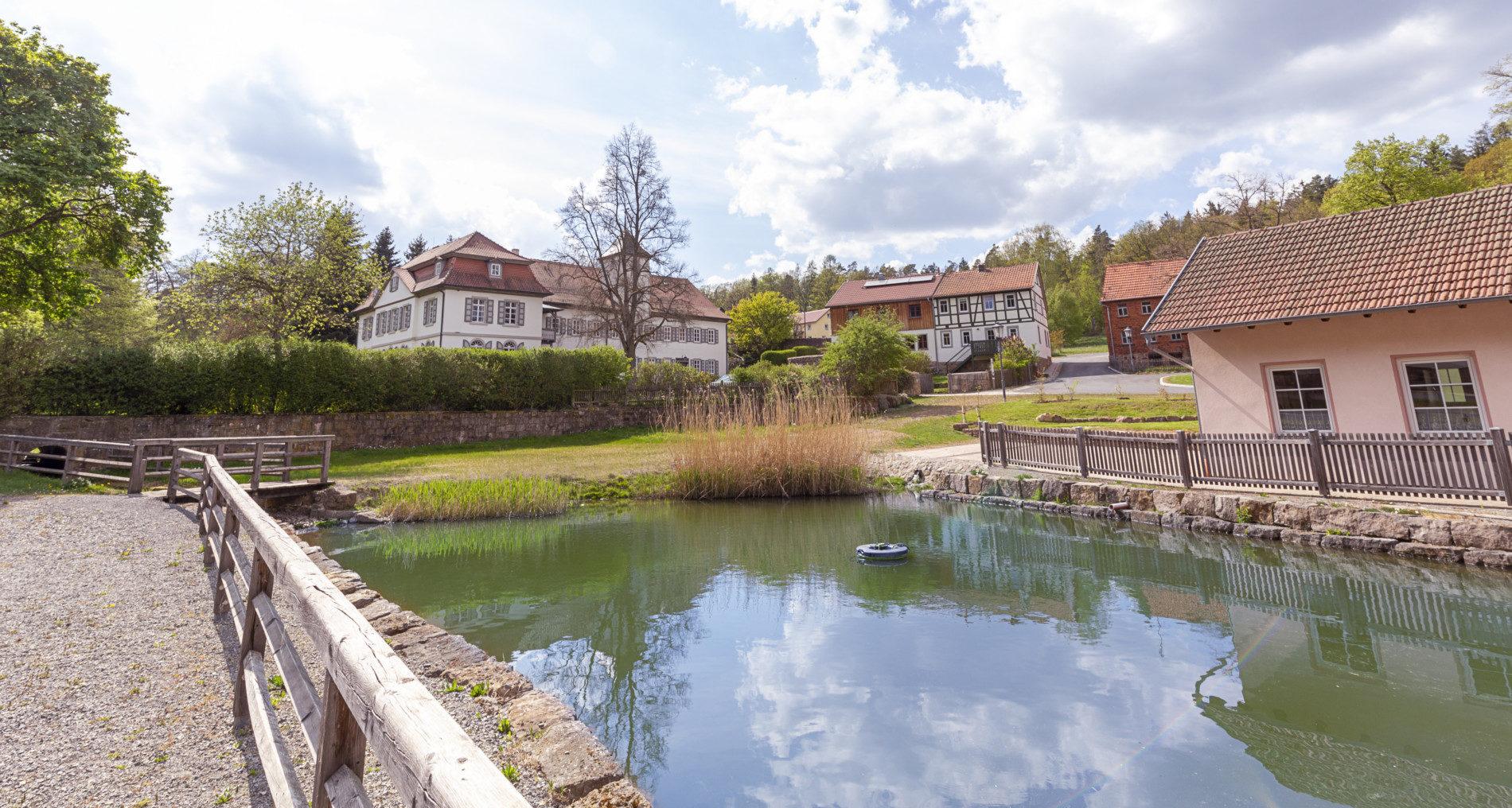 Kultur in der Streutalallianz. Schloss von Soden und Löschweiher in Neustädtles (Foto: Leska Wunderwelt)
