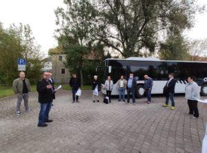 Herr Martin Link begrüßt am Parkplatz Streutwiese in Mellrichstadt alle Teilnehmer, erklärt den Ablauf und freut sich natürlich wie alle auf die tollen Projekte in der Streutalallianz (Foto: Kokula)
