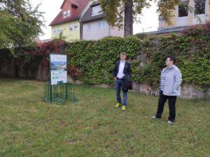Erster Halt: Bürgermeister Michael Kraus (Mellrichstadt) und Brigitte Proß vom Aktiven Mellrichstadt stellen die mobilen E-Bike-Ladestationen vor. Hier an der Stadtmauer bei der Streuwiese. Die zweite Ladestation befindet sich bei der Kreisgallerie (Foto: Kokula)