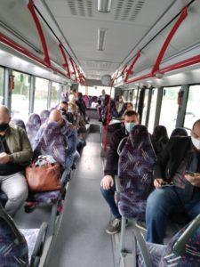 Die Gruppe reiste im bequemen Bus durch das Streutal. Hier wurde angeregt über die Projekte geredet (Foto: Kokula).