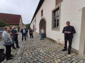 1. Vorsitzender der Klosterschützen Wechterswinkel Ralf Ortloff (rechts) freute sich über den Besuch. Er ging kurz auf die Projekthintergründe ein und dass durch Corona es sehr schwer war, das Projekt Sanierung der Toilettenanlagen und des Ganges war (Foto: Kokula).