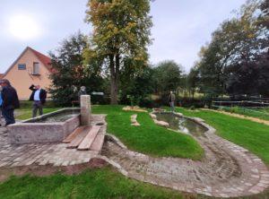 In Braidbach wurde der Natursteinbrunnentrog reaktiviert und ein toller Freizeitplatz mit Wasserspielelementen hergerichtet (Foto: Kokula).