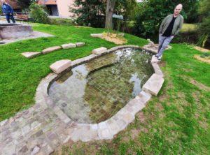 Auch wenn es jetzt im Herbst schon etwas zu kalt war, um seine Füße in den Becken zu erfrischen, freut sich Bürgermeister Stefan Kießner schon auf den nächsten Sommer (Foto: Kokula).