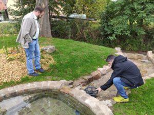 Bürgermeister Michael Kraus (Mellrichstadt, l.) testet die Wasserspielstation. Sein Amtskollege Bürgermeister Stefan Kießner (Ostheim/Rhön, l.) passt auf, dass sich keiner nass macht (Foto: Kokula).