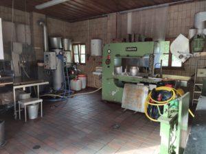 Die neue Kelteranlage in Rödles. Jetzt kann der Obst und Gartenbauverein in Rödles mehr Saft pressen als mit der alten (Foto: Kokula).