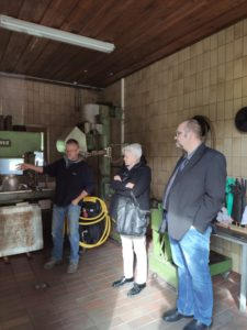 Herr Greier vom Obst und Gartenbauverein stellt die technischen Details vor (Foto: Kokula).