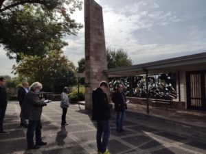 Letzter Halt vor der Mittagspause: Bürgermeister Martin Link zeigt den restaurierten Bleiglasfenster am Friedhof in Stockheim. Sie sind ein Denkmal der Neuzeit! Die biblische Erklärung gab es auch noch (Foto: Kokula).