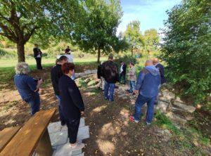 Jetzt wurde es richtig warm, sodass der Käfigsbrunnen eine angenehme Abkühlung bot. Bürgermeister Steffen Malzer ging auf die usprüngliche Idee und die Umsetzung des Projektes ein (Foto: Kokula).