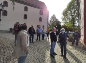 Frau Herbert und Frau Kuper (Bildmitte) führten durch den Bibelgarten in Sondheim v. d. Rhön (Foto: Kokula).