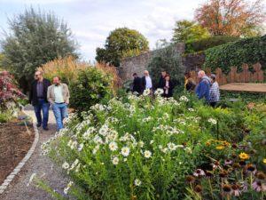 Die Exkursionsteilnehmer flanieren durch den Garten und erkennen einige Bibelstellen wider. Auch für nicht bibelfeste Besucher ist der Garten eine reine Augenweide! (Foto: Kokula)