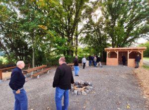 Die Schutzhütte und die neuen Sitzgelegenheiten werden gleich von allen getestet (Foto: Kokula).