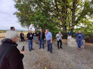 Die Teilnehmer stoßen mit einem Bier auf die gelungenen Vorhaben und auf die Projektbereisung mit einem Bier ein. Außer Busfahrer Bürgermeister Fridolin Link, der beißt genüsslich in einen Apfel (Foto: Kokula).