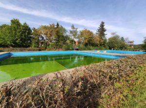 Eindrücke vom Schwimmbad, das wegen Corona dieses Jahr geschlossen bleiben musste. In der nächsten Badesaison ist das Wasser natürlich wieder frisch und klar (Foto: Kokula).