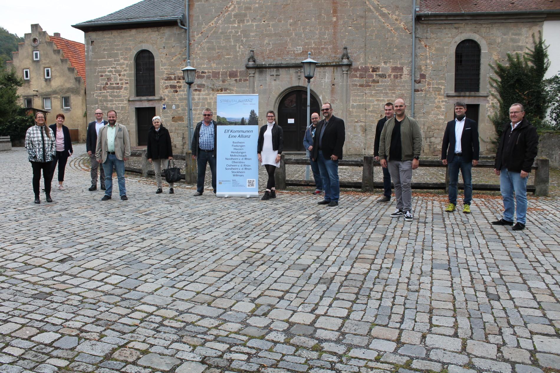 Die Teilnehmer der Projektbereisung vor dem Kloster Wechterswinkel (Foto: Georg Stock).