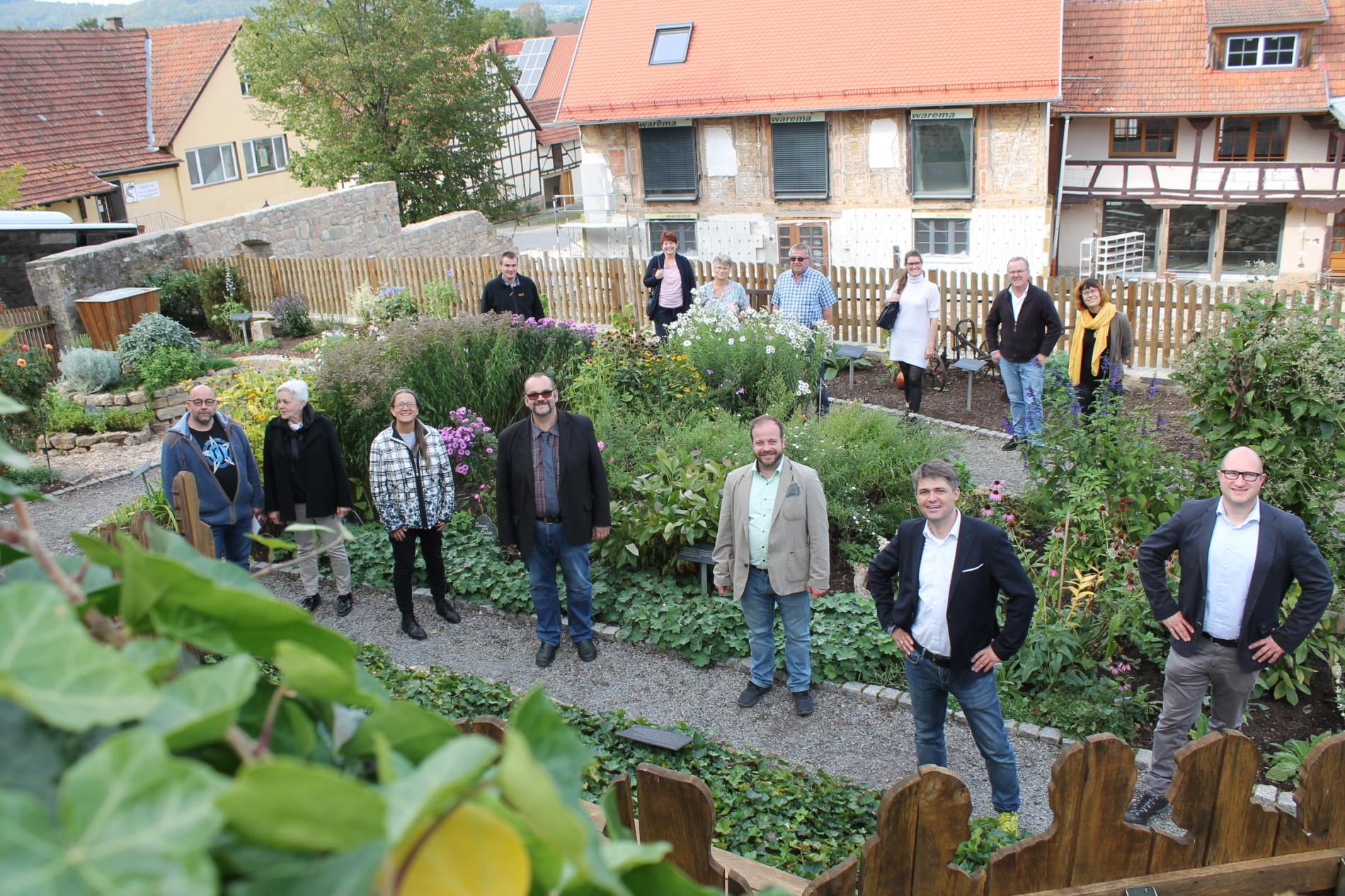 Die Delegation besucht den Bibelgarten in Sondheim/Rhön (Foto: Georg Stock).