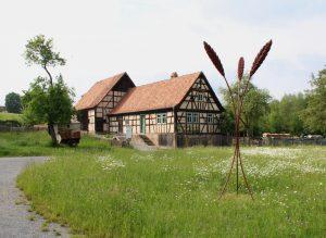triticum, 2021. Ahornholz, Edelstahl, Leinöl, Erdpigment 360 x 110 x 110 cm (Foto: Paul Diestel)