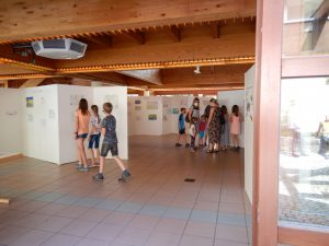 Gespannt suchen die Kinder ihre Bilder in der Kunstausstellung in Mellrichstadt am 24.07.2021 (Foto: Streutalallianz).