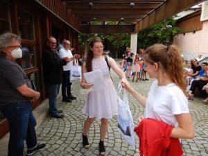 Auch die Allianzmanagerin freut sich über die glücklichen Kindergesichter (Foto: Streutalallianz)