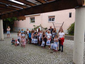 Teilnehmer der Preisverleihung des Malwettbewerbes Streutalallianz vor der Markthalle in Mellrichstadt am 24.07.2021 (Foto: Streutalallianz)